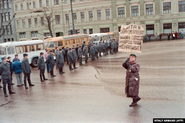 SOVIET UNION -- LITHUANIA -- (FILES) A woman demonstrates in Moscow on January 13, 1991 protesting against the Soviet army crackdown against the nationalist Lithuanian authorities. Demonstrators are passing by the KGB building (aka Lubyanka). Lithuania wa