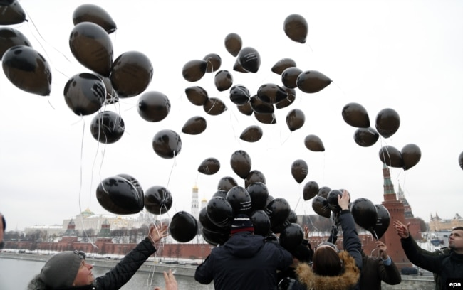 Russian Liberal opposition activists and human rights defenders release black balloons in front of The Kremlin to mark 6th anniversary of death in a prison of a lawyer Sergei Magnitsky in Moscow, November 16, 2015.