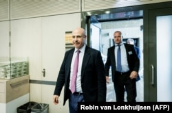 NETHERLANDS -- CEO of Hermitage Capital Management Bill Browder (L), a former Moscow financier turned anti-Kremlin activist, walks in the House of Representatives in The Hague, May 23, 2018