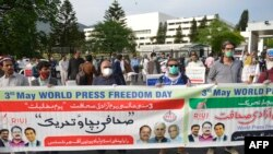Journalists stand maintaining social distancing in a demonstration to mark the World Press Freedom Day during a government-imposed nationwide lockdown as a preventive measure against the COVID-19 coronavirus, in Islamabad on May 3, 2020. (Farooq NAEEM / AFP.)