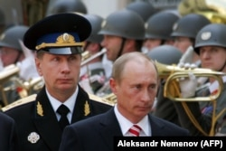 Austria -- Russian President Vladimir Putin is flanked by the chief of his security service, General Viktor Zolotov (L), in Vienna, May 24, 2007