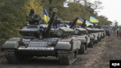 Ukraine -- Ukrainian servicemen prepare their tanks to withdraw not far from Mariupol, Donetsk region, October 20, 2015 as part of the Minsk Protocol.