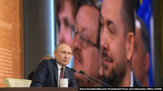 RUSSIA – UNIAN correspondent Roman Tsymbaliuk (on screen, left) attends the 15th annual end-of-year news conference by Russia's President Vladimir Putin. Moscow, December 19, 2019