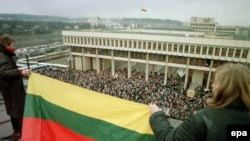Lithuania -- Thousands of civilians gather to defend the building of the Supreme Council in Vilnius, January 1991