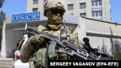 Armed Ukrainian officer guards the OSCE office during German foreign minister Heiko Maas' (not pictured) visit in the eastern-Ukrainian city of Mariupol, Ukraine, 01 June 2018.