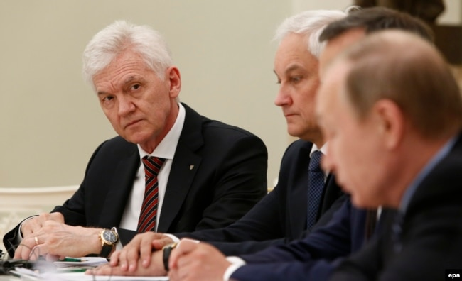 Russia -- Russian tycoon Gennady Timchenko (L) attends a meeting of Russian President Vladimir Putin (R) with French businessmen at the Kremlin in Moscow, May 25, 2016