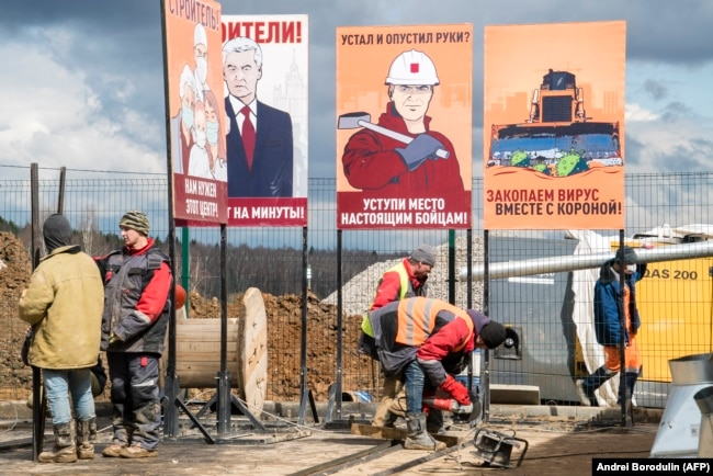 RUSSIA -- Workers constructing a new hospital for coronavirus patients outside the village of Golokhvastovo, some 60 kilometers southwest from the center of Moscow, April 20, 2020