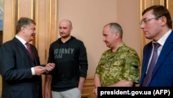 UKRAINE -- Ukrainian President Petro Poroshenko (L) speaks with Russian anti-Kremlin journalist Arkady Babchenko (2nd L), head of Ukraine's security service Vasyl Hrytsak (2nd R) and Prosecutor General Yuriy Lutsenko during a meeting in Kyiv, May 30 2018