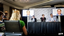 NETHERLANDS -- Eliot Higgins (center), founder of online investigation group Bellingcat, addresses a press conference on findings in research on Malaysia Airlines flight MH17 in Scheveningen, May 25, 2018