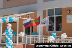 "Moldova -- inscription ""V. V. Putin - a gift for Transnistria"", mounted on a hospital in Tiraspol, russian and transnistrian flags, 06.06.2017"