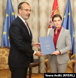 Serbia - Sem Fabrizi, the EU Ambassador and Head of the EU Delegation to the Republic of Serbia gives an annual report of the European Commission to Prime Minister of Serbia Ana Brnabic. Belgrade, 29. May 2019.