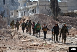 Syria -- Rebel fighters, part of the Turkey-backed Euphrates Shield alliance, advance towards the city of Al-Bab, some 30 kilometres from the Syrian city of Aleppo, February 20, 2017