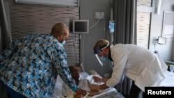 A nursing home resident receives a shot of the coronavirus disease (COVID-19) vaccine at King David Center for Nursing and Rehabilitation, a nursing home facility, in Brooklyn's Bath Beach neighborhood in New York City, U.S. January 6, 2021. REUTERS/Yuki Iwamura/File Photo