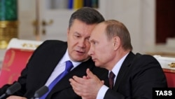 Russia -- Ukrainian President Viktor Yanukovych (L) and his Russian counterpart Vladimir Putin at a signing ceremony in Moscow, December 17, 2013