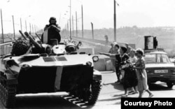 Archive photo depicting a Russian tank crossing into Transnistria during the armed conflict with Moldova. Author Ilie Ilascu