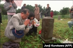 Russia -- Japanese people praying at a cemetery on the Kuril Islands. September 03, 1989