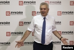 Russia -- Lukoil CEO Vagit Alekperov gestures as he meets journalists during an opening ceremony for the Lukoil's 135-megawatt combined-cycle gas turbine unit of the Budennovskaya thermal power plant in the town of Budennovsk in Stavropol region, June 24,